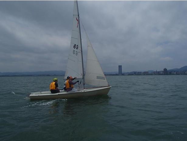 コーチの指導のもと、帆走体験ができる