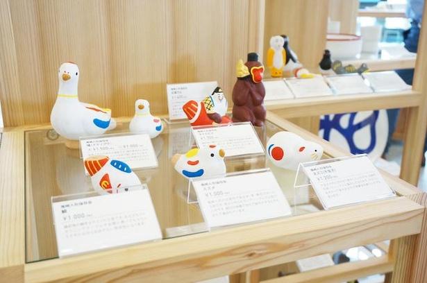 尾崎人形工房が作るかわいい人形たち。スズメや猿、恵比須様など人気の縁起物が並ぶ