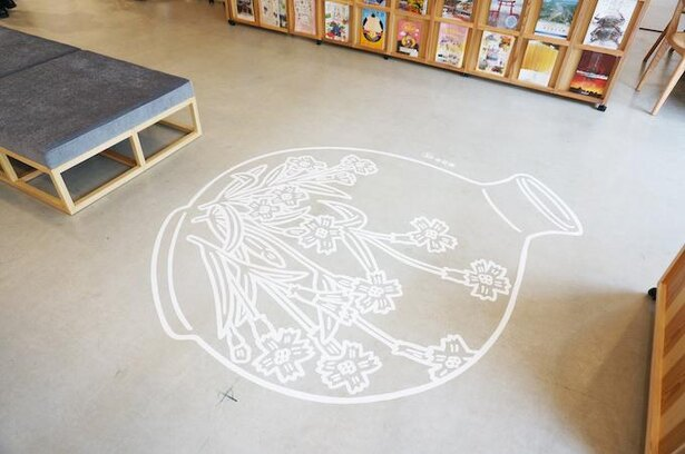 「2m級SAGA」と題した、ソーシャルディスタンシングを表現するアートワークがおもしろい