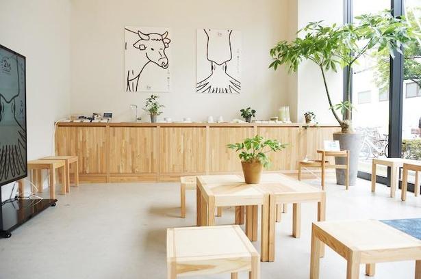 店内のいたるところに、木造りの腰掛椅子やテーブルを配置。電車までの時間や待ち合わせに気軽に利用できる