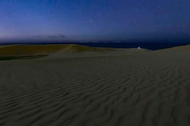 鳥取砂丘から見上げる神秘的な星空