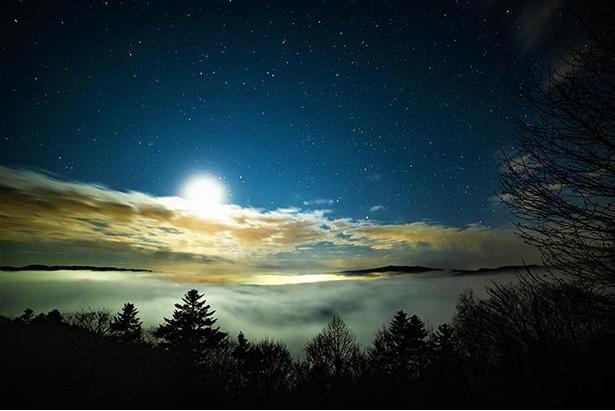 上金剛山展望台から見える雲海と星空のコラボレーションは息を吞むほど美しい