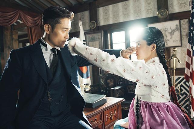 イ・ビョンホンの相手役は『お嬢さん』(16)で注目を浴びたキム・テリ