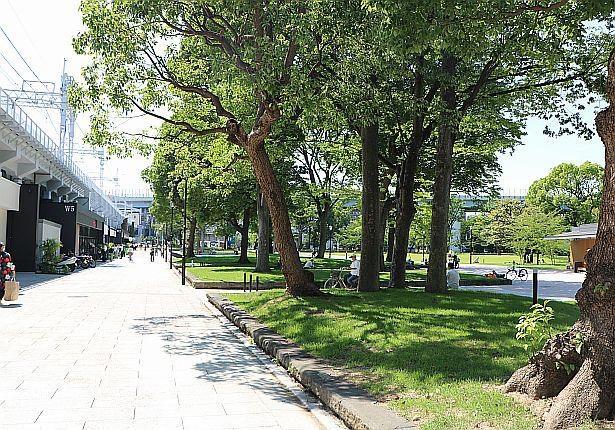 隅田公園サイドに個性的なショップが並ぶ