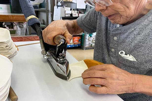 優れた技術を持つ職人が一枚一枚手作業で縫製