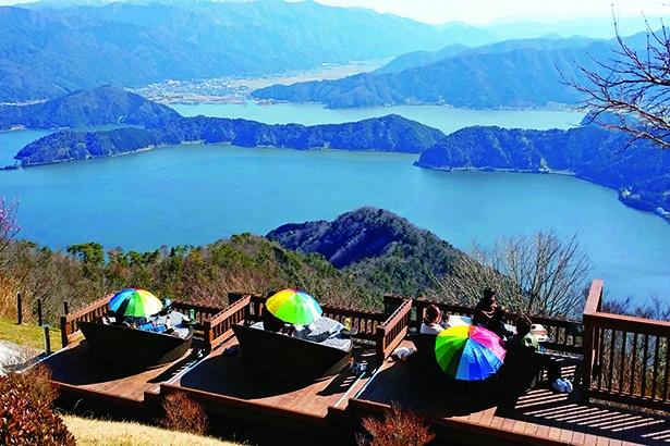 五湖テラス(南の展望台)の、丸いソファーに座って眺めを堪能できるオシャレ空間。人気席なので20分の時間制限あり/三方五湖に浮かぶ天空のテラス