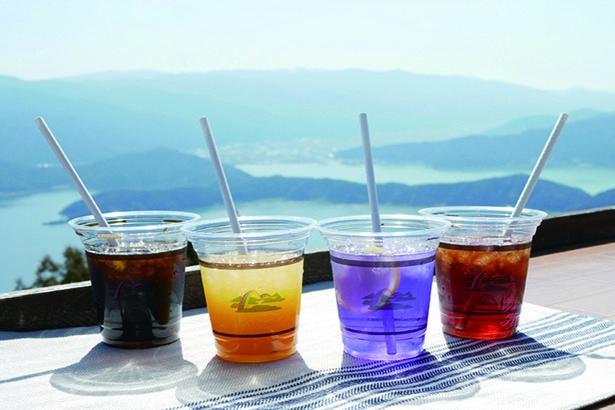 レインボーブルーティ400円(税込・中右)は、レモンを入れると青が紫色になるオリジナルドリンク/三方五湖に浮かぶ天空のテラス