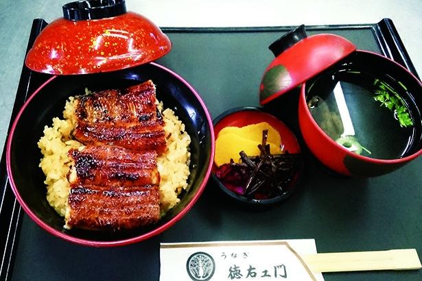 うな丼2000円(税込)。かば焼き4分の2切れに吸い物、香物付き/徳右ェ門