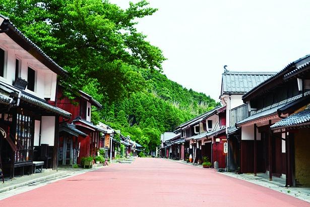 レトロな町並みが風情満点。昔ながらの用水路が残る場所もあり、当時の様子に思いをはせながら散歩/若狭鯖街道熊川宿