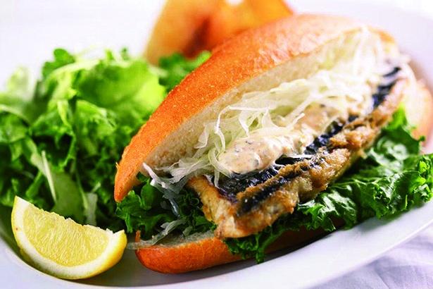 看板メニューのサバサンド1155円(税込)は、サラダ・ポテト付きでボリューム満点。テイクアウト900円(税込)も/Saba*Cafe