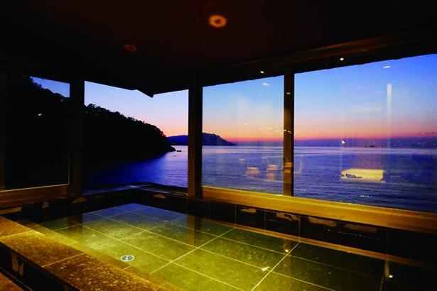 キャンドルがともされ、ロマンチックなムードがあふれる夜のテラス席/海香の宿 波華楼