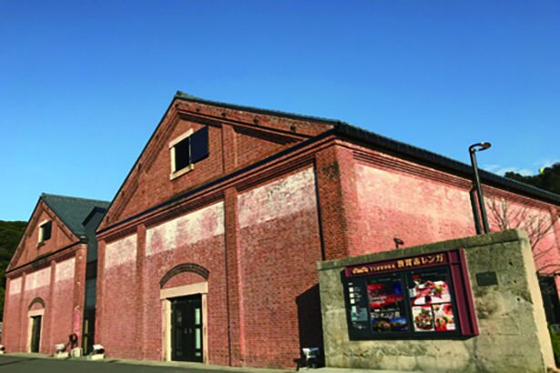 外国人技師の設計により建てられたレンガ倉庫。北棟・南棟・煉瓦塀は国の登録有形文化財に指定されている/敦賀赤レンガ倉庫