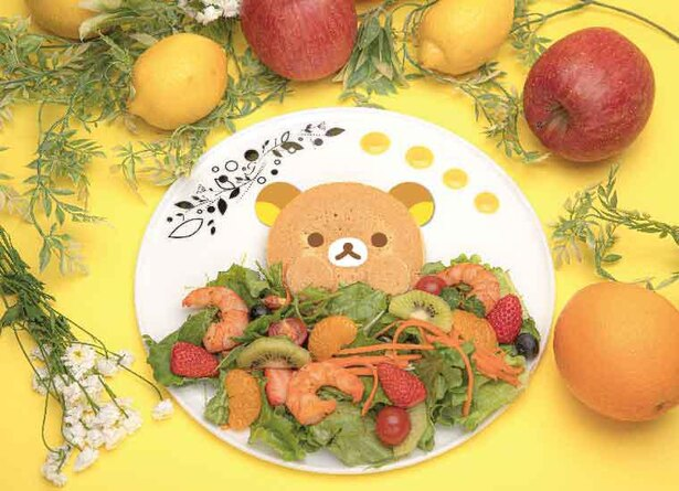 【写真】様々なフルーツが入ったサラダから、ひょっこり顔を出したリラックマがかわいい「リラックマのフルーツサラダ」