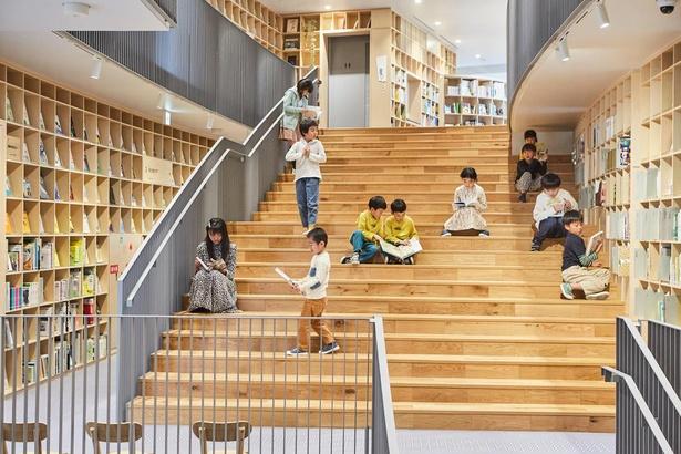 大きな木の根っこのような大階段など、大小さまざまなスペースで読書が楽しめる