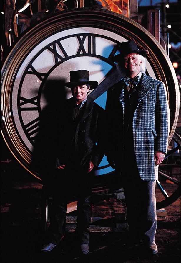 【写真を見る】シリーズに何度も登場する時計の前で、記念撮影をするマーティとドク!30周年イベントの模様も