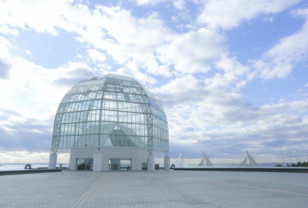 アート作品のような美しいガラスドームが印象的な外観