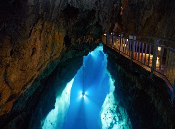 【写真】「龍泉洞(岩手県)」のブルーに輝く湖は必見!自然が作る幻想的な絶景
