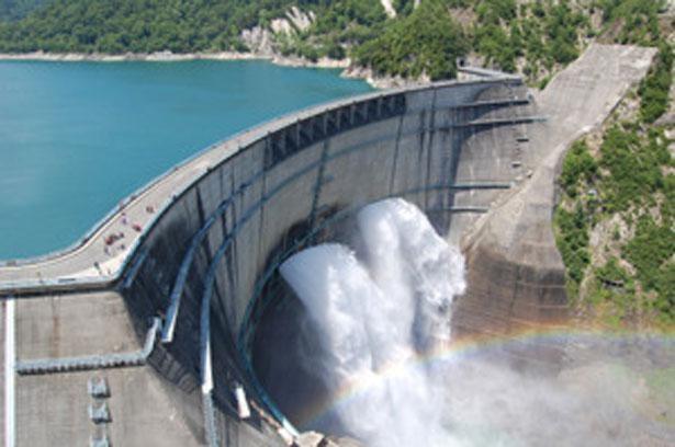 巨大ダムから吹き出す大迫力の観光放水 「黒部ダム(富山県中新川郡)」