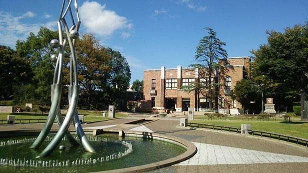 カラフルな水の造形と歴史を伝えるレンガ建築 「諏訪公園(三重県四日市市)」