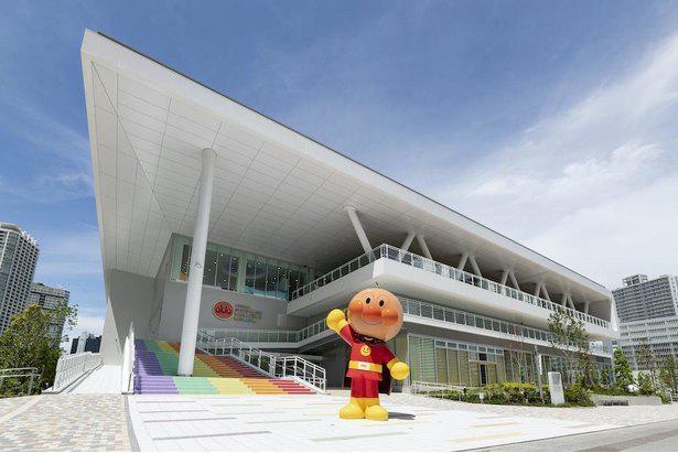 高さ約4メートルの「おおきなアンパンマン」が、施設エントランスで来場者をお出迎え!