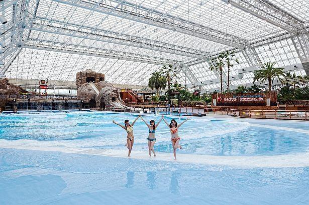 屋内の巨大プール「コバルトビーチ」は迫力のスケール!