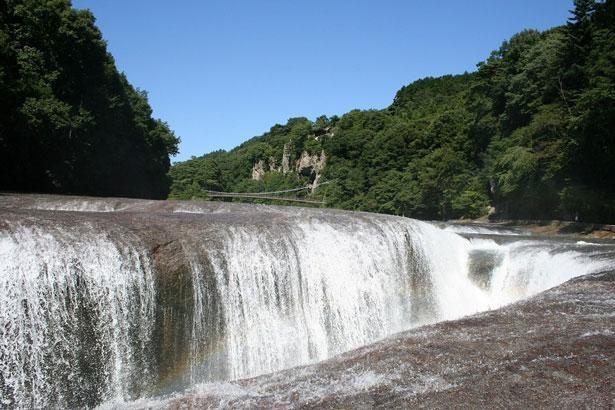 1万年もの年月をかけて作り出された岩盤の裂け目 「吹割の滝(群馬県沼田市)」