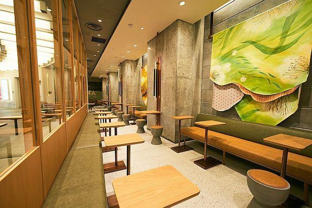 開放的な雰囲気の「スターバックス コーヒー 六本木ヒルズ メトロハット/ハリウッドプラザ店」