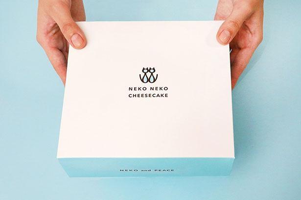 チーズケーキはシンプルなデザインのボックス入りで贈り物や手土産にも最適