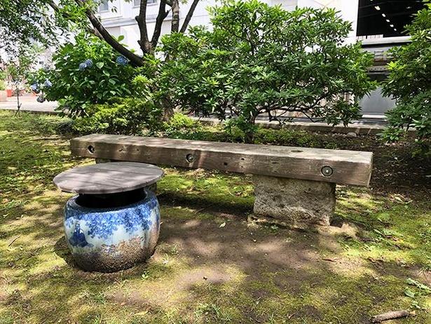 ガーデン各所にベンチやテーブルセットが設けられている
