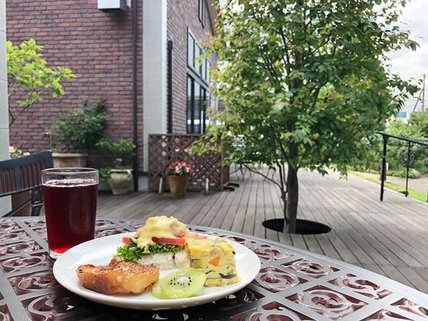 庭園の中でプラントベース(植物由来)の朝食が味わえるカフェ「1110 CAFE/BAKERY」