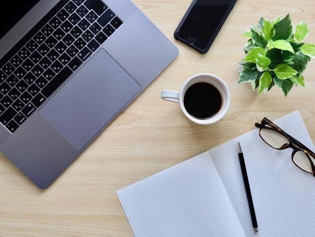 オンライン講座はパソコンやタブレット、スマートフォンがあれば場所を選ばずどこでも受講OKなのがメリット!