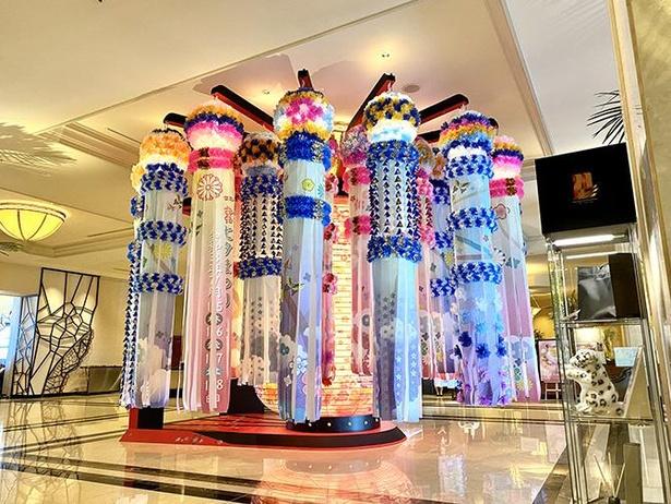 青とピンクがベースカラーの吹き流し飾り。布を間近で見ると繊細な美しい模様に驚くはず