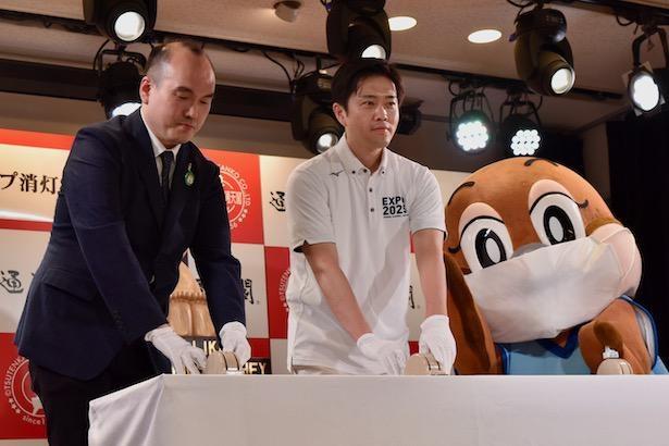 大阪府知事・吉村洋文が参加し、通天閣で「大阪モデル」ライトアップ消灯式が行われた