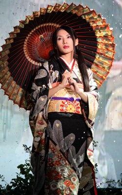 全国の産地から華やかな着物を集め、四季の移り変わりを表現する着物のファッションショーに登場した女優の芦名星さん