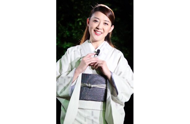 彩乃かなみさんは着物姿で宝塚仕込みの歌声を披露