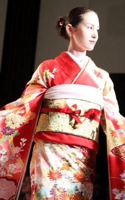 日本人離れした顔立ちによく映える着物です