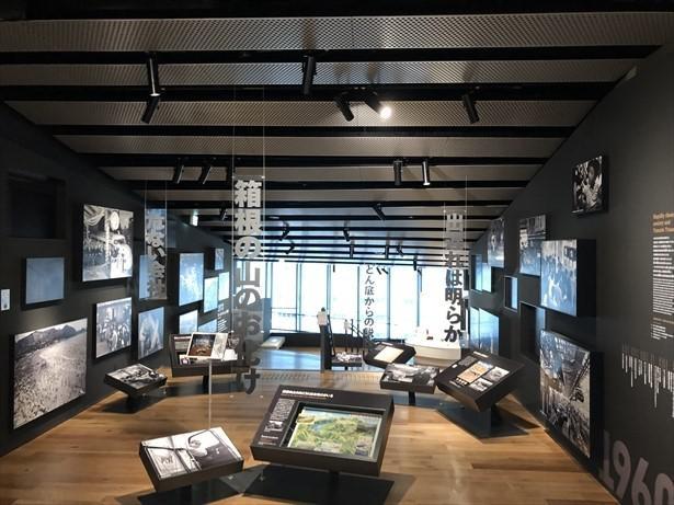 階下に降りながら巡る、回廊状の展示スペース
