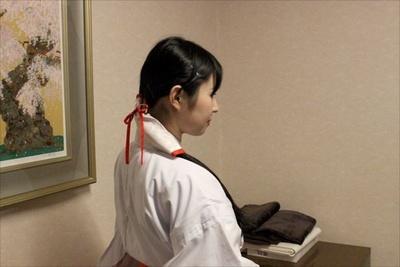 【写真を見る】1つに結べる程度の長さが必要。写真は、巫女長の齊藤さん