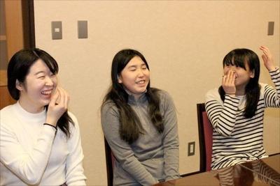 【写真を見る】とても楽しそうに自身の経験について話す3人