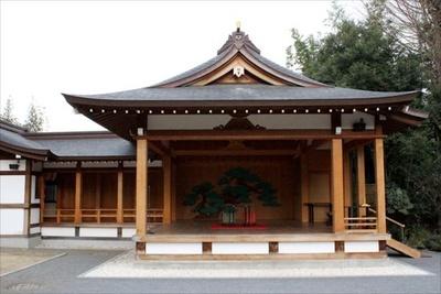 【写真を見る】杉並区無形文化財の「阿佐ヶ谷囃子」が奉納される能楽殿
