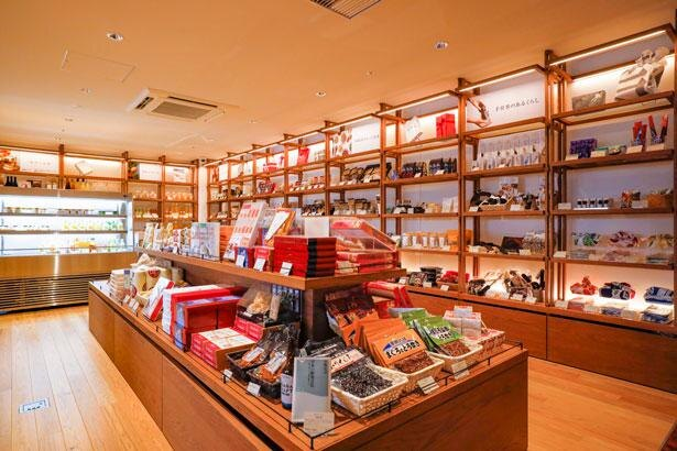 銘菓や地酒、加工品など厳選した和歌山の特産品約200種を取り扱う/蔦屋書店