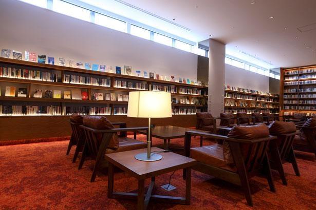 ラグジュアリーな空間で、ゆっくりと読書を楽しむことができる/2ndフロア