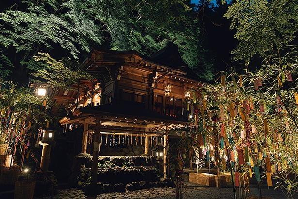 ライトアップされた社殿は、より荘厳な雰囲気/貴船神社