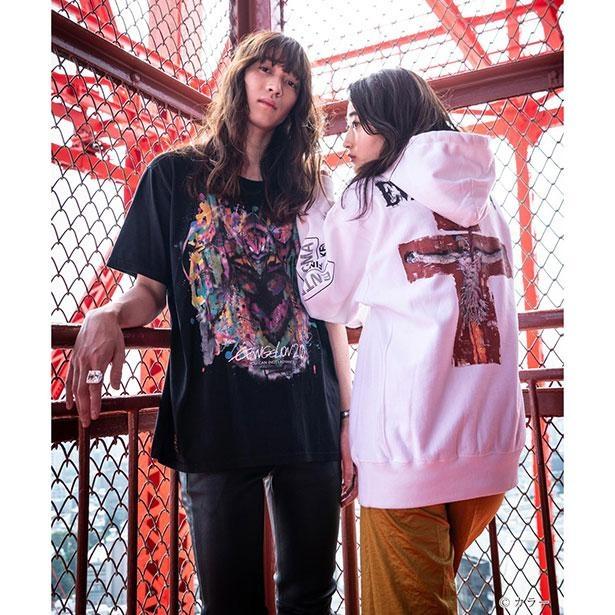 キャラクターがアーティスティックに描かれたTシャツとフーディ