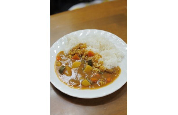 昼食は、採れたての野菜がたっぷり入ったカレー。お米も自家製!