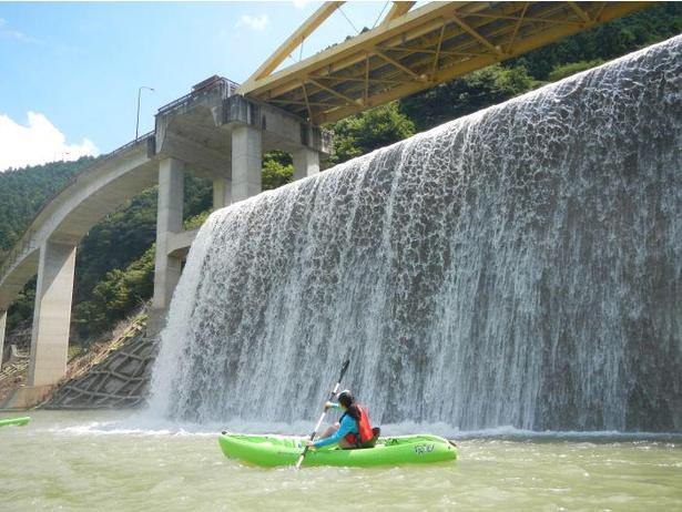 【写真】ダム湖から見上げると迫力ある景色が広がる