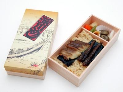 第4位は、東京の定番弁当「深川めし」。江戸時代、漁師の食べ物だったといわれる深川飯をモチーフに、 アサリの炊き込みご飯の上に穴子の蒲焼き、ハゼの甘露煮をのせた弁当