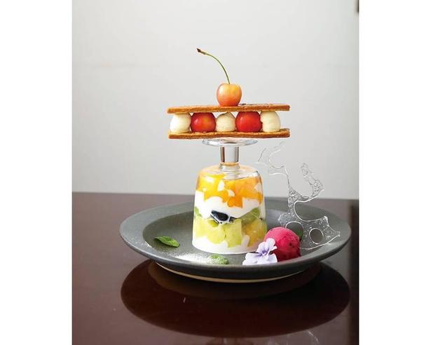 【写真】グラスを逆さに使い盛り付けた「フルーツのパフェ極み」(2300円) / Patisserie et Cafe Unjour