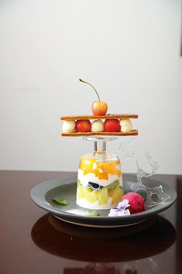「フルーツのパフェ極み」(2300円) / 「Patisserie et Cafe Unjour(アンジュール)」(愛知県岩倉市)