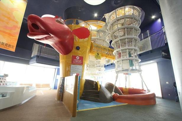 館内には子供が遊べる巨大遊具も